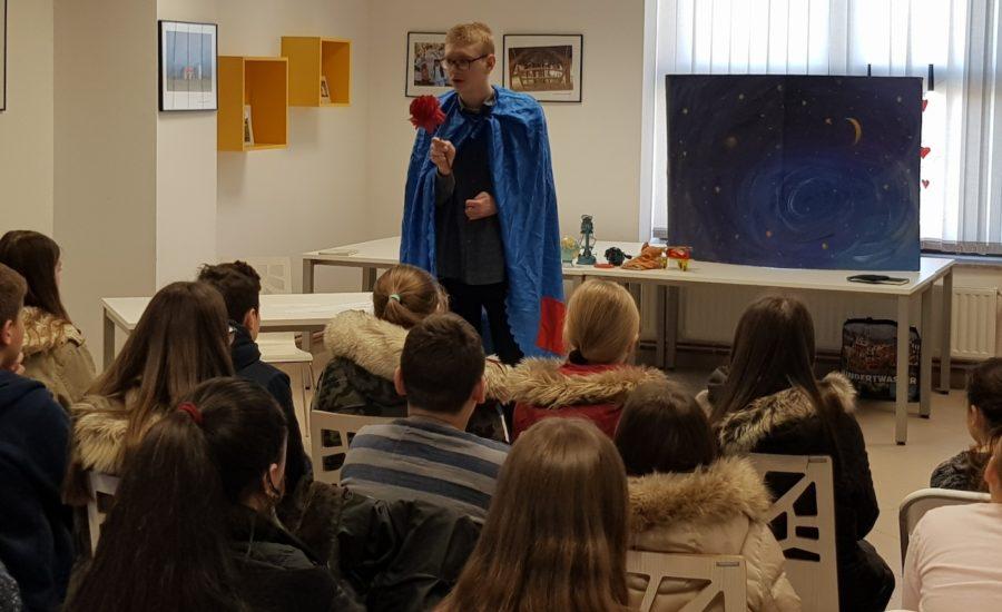 Održan scenski kolaž adaptacije romana Mali princ u izvedbi  Lea Filipa Kovačića