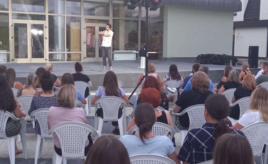 """Stand up komedija """"Zabezeknut"""" Vlatka Štampara oduševila mnogobrojnu publiku"""